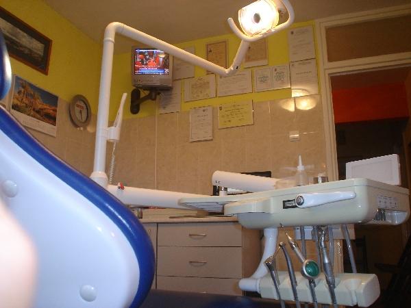 Cabinetele stomatologice asociate Dr. Moga &amp; Moga dispun de aparatur&amp;#259; stomatologic&amp;#259; complex&amp;#259; &amp;#351;i complet&amp;#259;, modern&amp;#259;, de ultim&amp;#259; genera&amp;#355;ie, necesar&amp;#259; reabilit&amp;#259;rilor orale complexe estetice, în care sunt specializate.<br /> Cabinetele noastre dispun de trei fotolii stomatologice, aflate în dou&amp;#259; cabinete separate.<br /> Prin sistemul de lucru doar cu programare, prin utilizarea doar a materialelor  de produc&amp;#355;ie CE. certificate în acest sens, precum &amp;#351;i prin colaborarea doar cu tehnicieni dentari cu experien&amp;#355;&amp;#259; în domeniu, se asigur&amp;#259; rezolvarea complet&amp;#259; a cazurilor complexe de reabilitare oral&amp;#259;.<br />  Tehnicile medicale utilizate în tratamentele noastre presupun atât  interven&amp;#355;ii minim invasive, cât &amp;#351;i interven&amp;#355;ii chirurghicale, întregul tratament desf&amp;#259;&amp;#351;urându-se în sediul nostru. | Cabinete Stomatologice Asociate Dr.Moga&amp;Moga